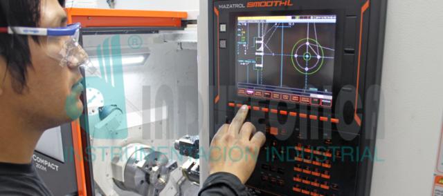 Operador programando fabricación del sello de diafragma doble salida
